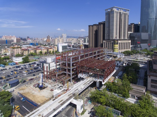 捷運環狀線今晚將完成最後一根軌道梁合龍,工程進度已近8成,預計107年底完工。(新北市政府捷運工程局提供)