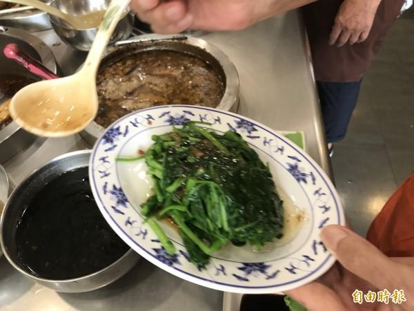 燙青菜。(記者李容萍攝)