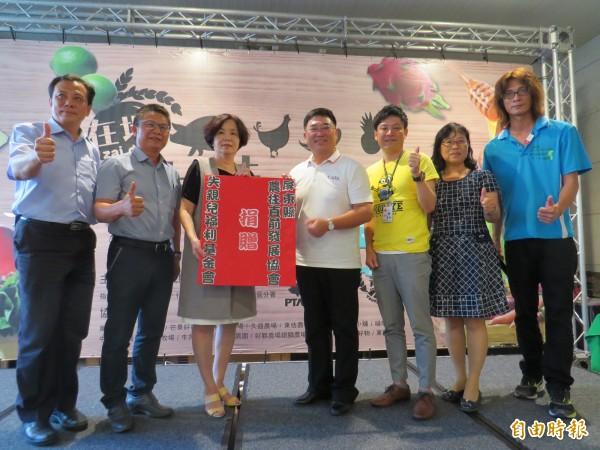 屏東青農叫賣農特產,部分營業額捐做公益。(記者黃旭磊攝)