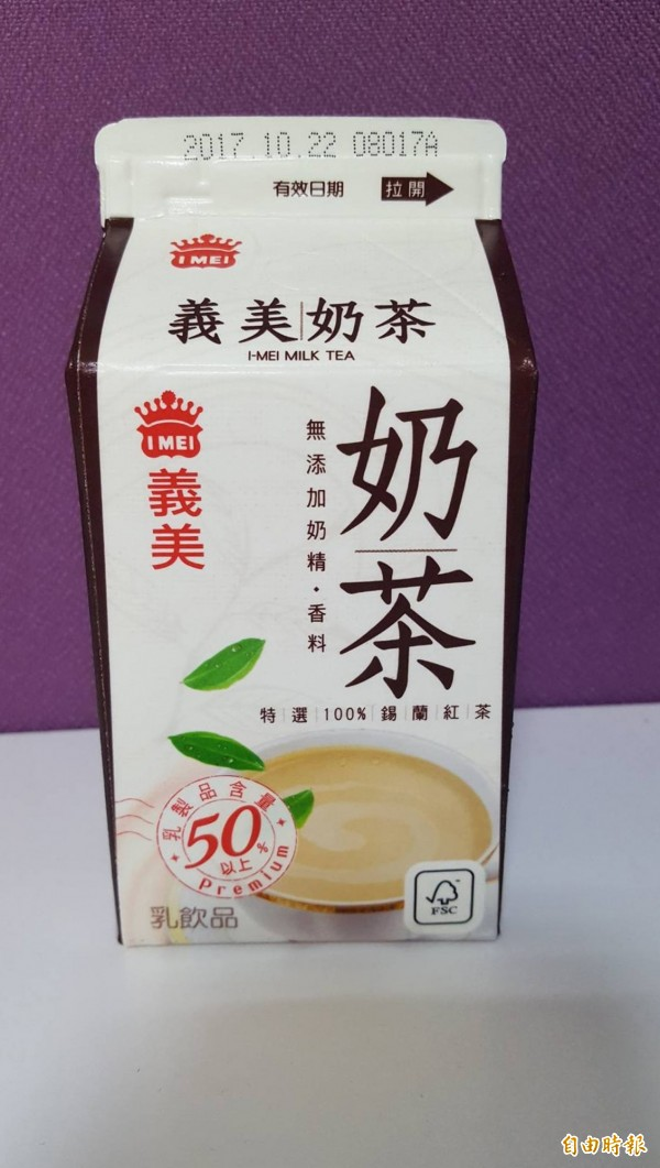 義美奶茶的含糖量為32.4公克,三高患者也不能多喝。(記者陳鳳麗攝)