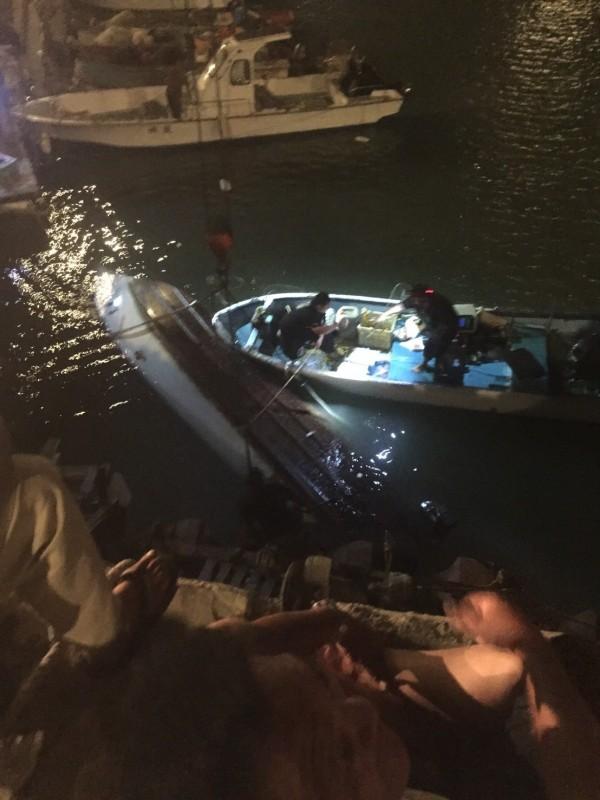 沉沒的動力小艇被友船拖回漁港。(洪姓漁民提供)