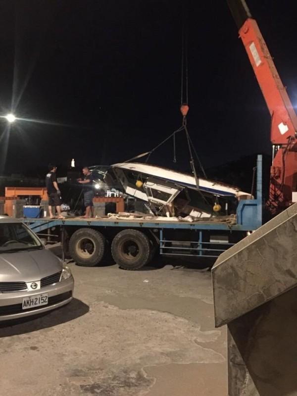沉沒的動力小艇被友船拖回漁港,吊上卡車。(洪姓漁民提供)