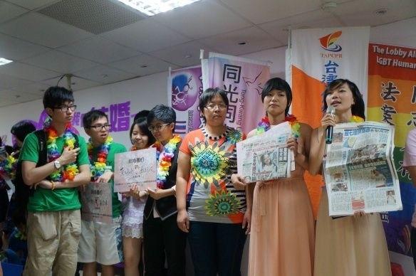 林于立(右一)與方敏(右二)希望具有法律認可的婚姻關係,台北高等行政法院今(12)日宣判,戶政機關拒絕同婚登記已違法,應尋求其他適法方式處理。(伴侶盟提供)