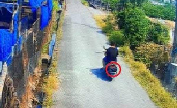 竊嫌愛用安全帽遮車牌。(翻攝畫面)