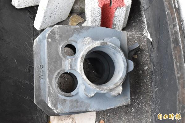 肇禍的鐵齒輪重約50公斤彈飛過100公分高護欄掉落到十公尺外對向車道。(記者黃淑莉攝)