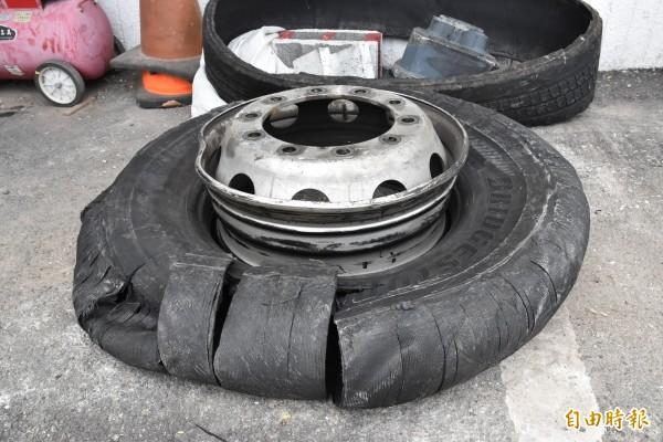 在掉落鐵齒輪大貨車後方的一部大貨車疑似壓到鐵齒輪車輪破裂。(記者黃淑莉攝)