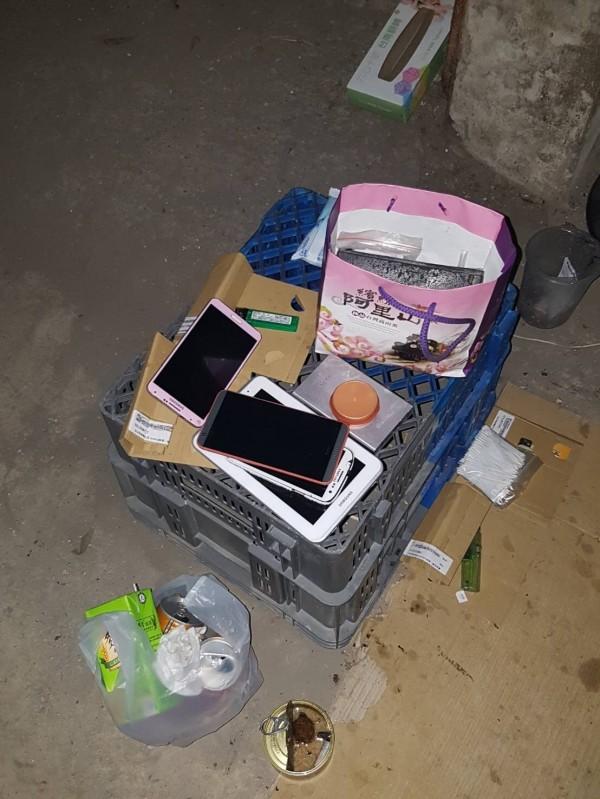 南市一分局警方在東區崇德七街一棟公寓地下室查獲涉偷手機的洪姓通緝犯所有物品與手機贓物。(記者王俊忠翻攝)