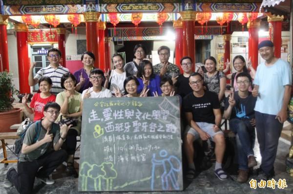 台南海尾朝皇宮、社大台江分校昨晚邀請張金玉和楊浚瑞,分享800多公里朝聖之路的行路經驗。(記者邱灝唐攝)