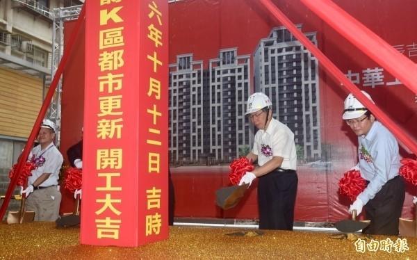 台北市长柯文哲(右二)在附近出席动土仪式。(记者简荣丰摄)