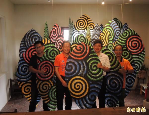 國際風箏藝術大師黃景楨(左一)的星空森林作品,有著夜遊森林的概念。(記者張勳騰攝)