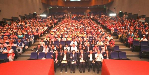 總統蔡英文今早出席「2017不老青春逗陣行」全國總決賽,與在場參賽者合影。(圖由國民健康署提供)