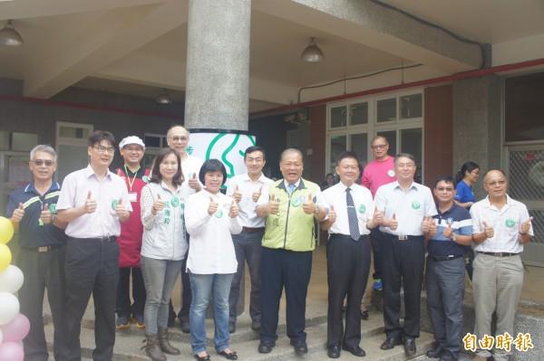 小步廚房由各界嘉賓揭牌啟用,成為澎湖第二間庇護工場。(記者劉禹慶攝)