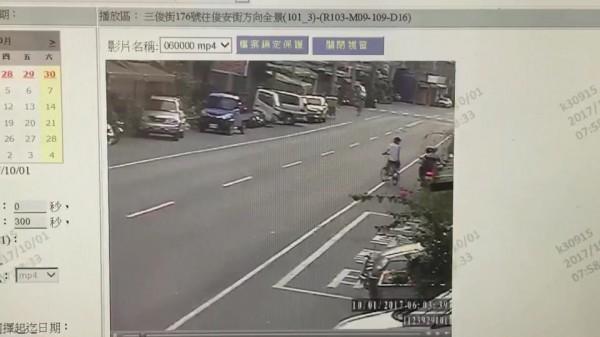 兩人騎車逼近武男。(記者余衡翻攝)