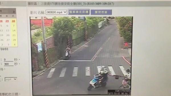 兩人騎車行搶瞬間。(記者余衡翻攝)