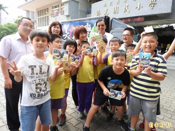 學童除了欣賞3D電影,還能拿到3D明信片,超開心。(記者佟振國攝)