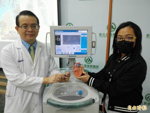 彰基兒童醫院兒童心臟科醫師吳焜烺(左)以「冷凍消融儀器」治癒心律不整的張小妹妹(右)。(記者湯世名攝)