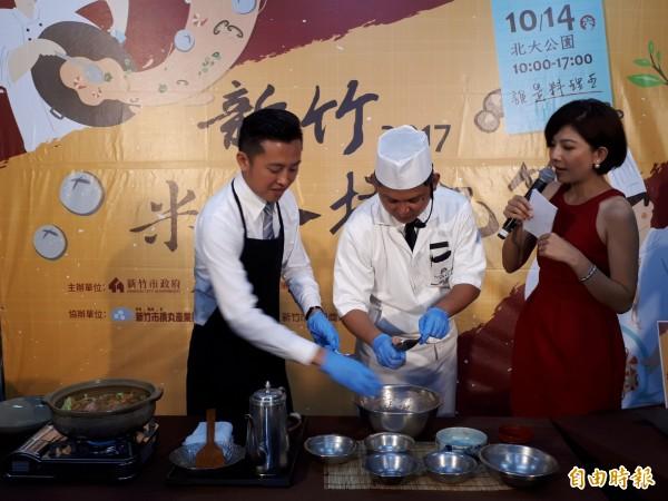 新竹市米粉摃丸節週六登場,市長林志堅(左)與飯店主廚共同體驗製作特色料理。(記者洪美秀攝)