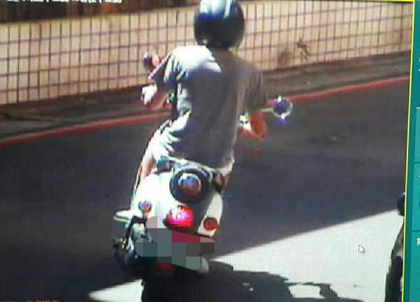 呂嫌騎輕型機車連續行搶2名落單女子,被警方制伏逮捕。(記者鄭淑婷翻攝)