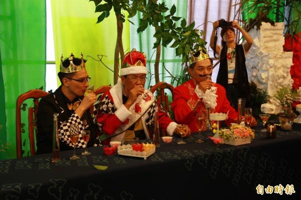 南投茶博會黃金品茗館今舉辦「愛麗絲幻境茶會」,縣長林明溱與其他來賓扮演國王等角色,(中)參加紅白品茶競賽,品嘗南投縣兩款優質紅茶。(記者佟振國攝)