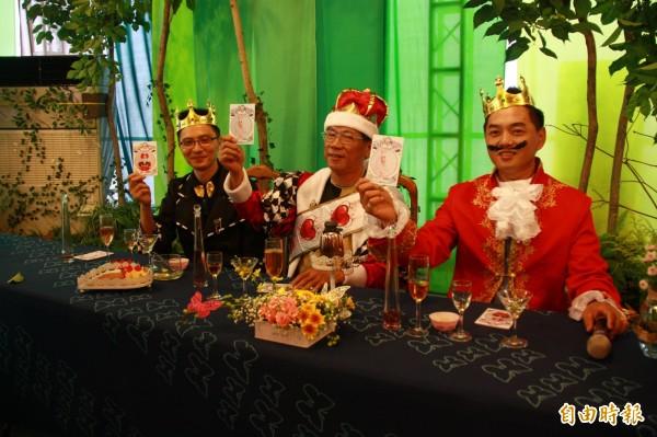 喝過兩款紅茶後,林明溱等人也舉牌,選出喜愛的紅茶。(記者佟振國攝)