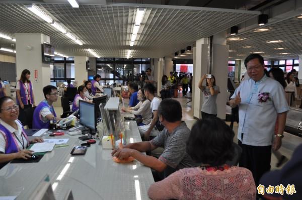 桃園市長鄭文燦(右一)在龍潭區戶政事務所關心民眾洽公是否方便。(記者周敏鴻攝)