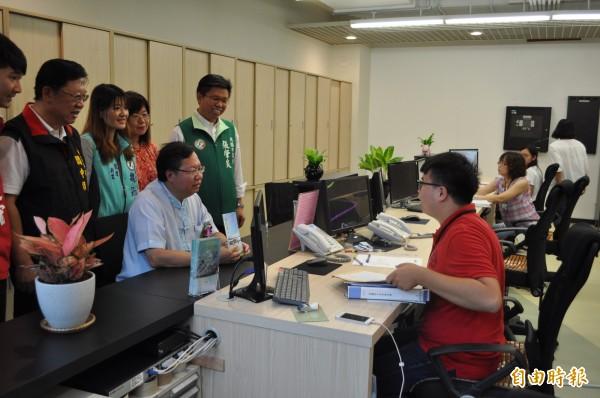 桃園市長鄭文燦(中)在龍潭區公所體驗洽公的過程。(記者周敏鴻攝)