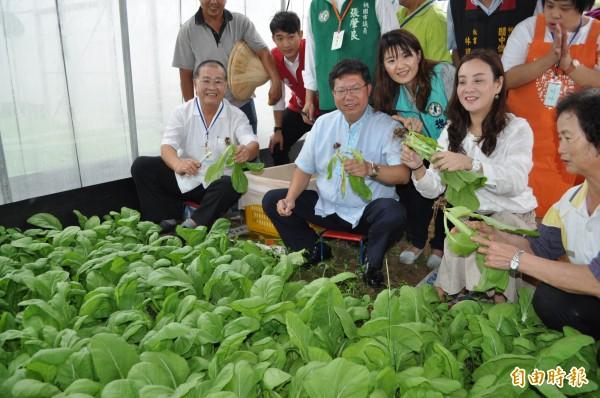 桃園市長鄭文燦(中)期許龍潭肯納園2年內能完工,多讓60位身心障礙的朋友得到更好的照護。(記者周敏鴻攝)