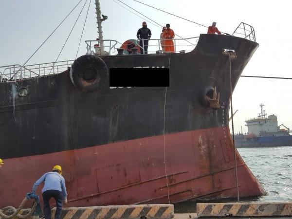 高雄港警、高雄關於港內工作船查獲白牌私菸。(記者黃旭磊翻攝)