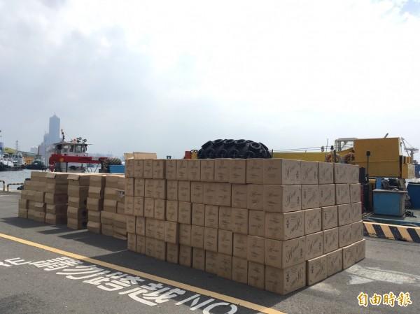 高雄港浮筒工作船窩藏上萬箱白牌私菸。(記者黃旭磊攝)