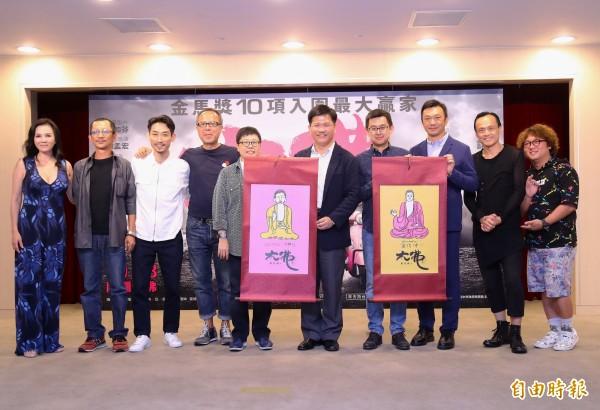《大佛普拉斯》劇組贈送兩幅大佛掛畫給台中市長林佳龍(右5)、新聞局長卓冠廷(右4)。(記者張菁雅攝)