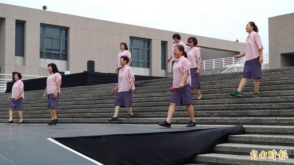 新港藝術高中校園搭建「玉山平台」,14、15日晚間7點半有台日兩國團隊匯演,圖為新港奉天宮吟詩團成員今天在「玉山平台」彩排情況。(記者曾迺強攝)