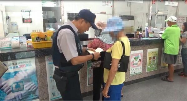 80多歲林姓阿嬤到銀行提領30萬元,稱是要幫孫子註冊,幸好警方攔阻才未遭詐騙。(記者林宜樟翻攝)