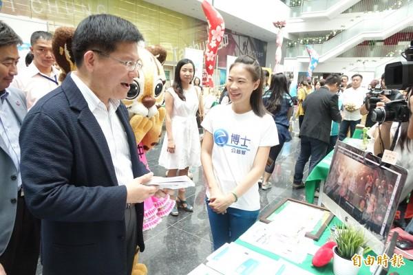 市長林佳龍詢問摘星青年廖欣怡的英文助學計畫進展狀況。(記者廖耀東攝)