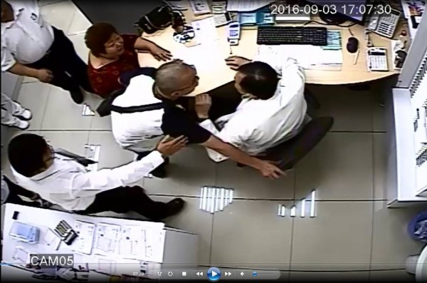 蔡姓男子(右二、戴眼鏡者)涉到南市藝群皮膚科診所與醫師起爭執、暴力相向挨告。(記者王俊忠翻攝)