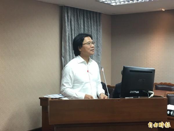 内政部在部务会报中,通过「归化国籍无不良素行认定办法草案」。图为内政部长叶俊荣。(记者郑鸿达摄)