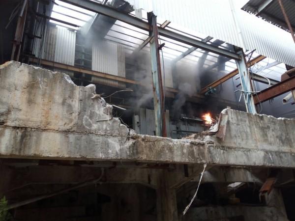 北港萬有紙廠廢棄電器室今天下午發生火警。(記者黃淑莉翻攝)(記者黃淑莉攝)