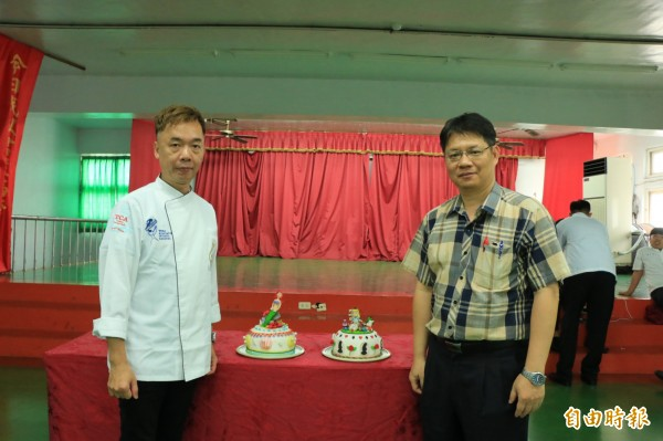 餐飲賽的指導老師謝錦良(左)及發明賽指導教授蔡若鵬(右)均期許學生能保持謙卑,繼續學習。(記者鄭名翔攝)
