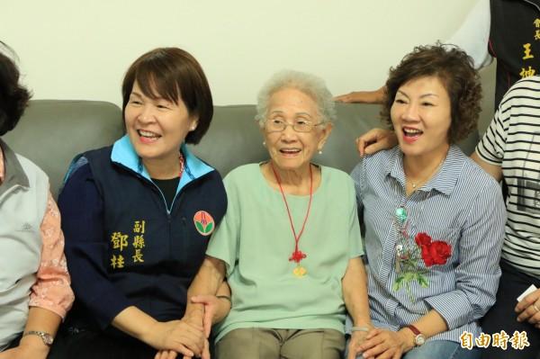 家住後龍的翁薛玉雲阿嬤,今年已高齡101歲,但靠著運動、永保好心情,讓她看起來仍然容光煥發。(記者鄭名翔攝)
