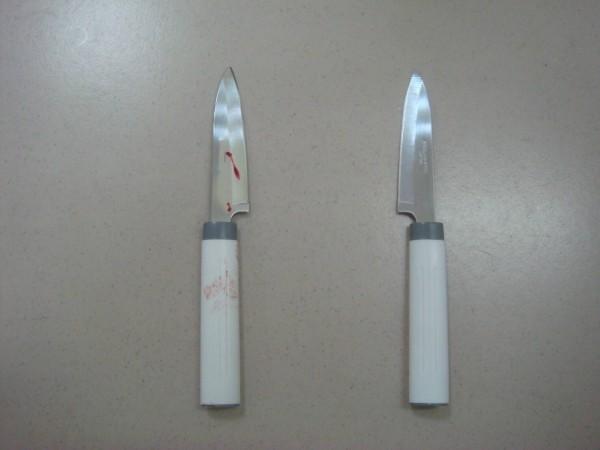 余姓男子在超商內,搶走2把水果刀,持其中一把水果刀拒捕,劃傷何姓警員手指。(記者林嘉東翻攝)