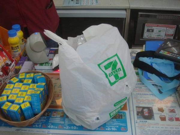 余姓毒蟲搶超商物品得手價值606元商品。(記者林嘉東翻攝)