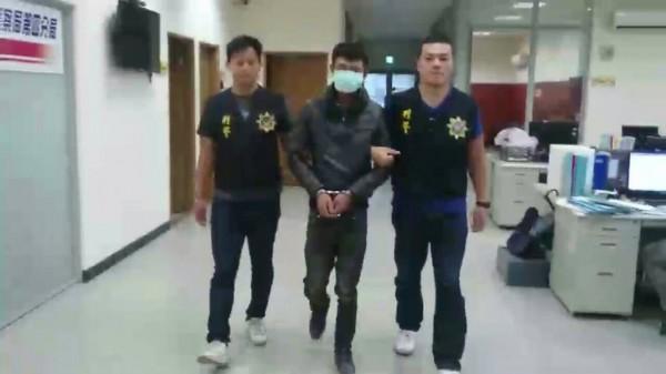 余姓毒蟲(中)連搶兩超商,被警方逮捕。(記者林嘉東翻攝)