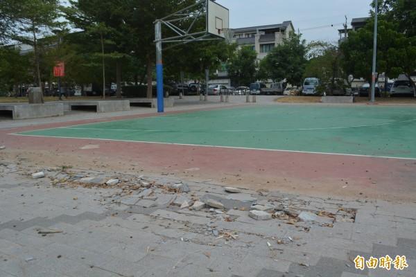 太平祥順運動公園籃球場旁的地磚破損遲未修復,打球民眾一不小心就容易跌倒受傷。(記者陳建志攝)