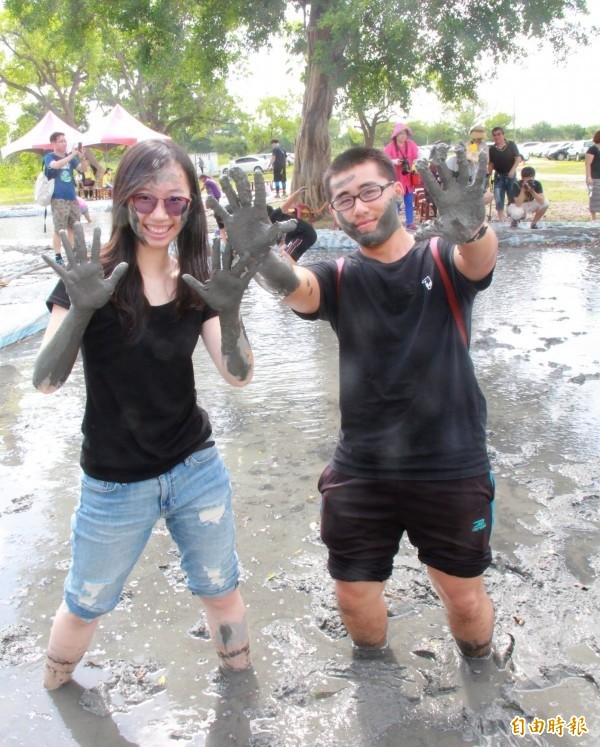 溪州黑泥季用濁水溪黑泥做泥漿池,吸引民眾來玩泥巴。(資料照,記者陳冠備攝)