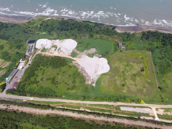 新竹縣新豐海岸遭環保團體批評是「最毒海岸線」,非法棄置的廢棄物就位在掩埋場外沿岸約2公里長。(新竹縣政府提供)