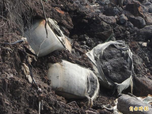新豐鄉鳳鼻隧道西側海岸線的太空包有害事業廢棄物,經環保署重新檢驗確定就是電弧爐的集塵灰,且戴奧辛超過管制標準;但部分太空包已破損,有害物質被沖入大海,迄今未清,令地方痛心。(記者廖雪茹攝)