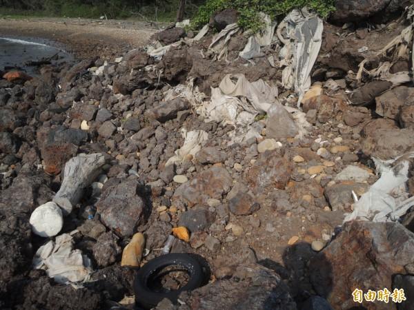 新豐鄉海岸廢棄物經長年曝曬雨淋、海水侵蝕,已嚴重破壞海洋生態。(記者廖雪茹攝)