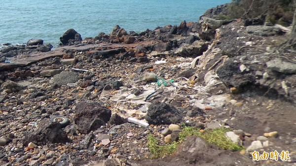 新豐鄉民痛心海岸廢棄物經長年曝曬雨淋、海水侵蝕,已嚴重破壞海洋生態,影響當地的觀光和漁業發展,要求政府不要再拖延,應儘快協助清除。(記者廖雪茹攝)