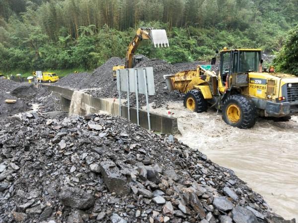 宜蘭縣台7甲線11.4公里處,被土石流淹沒,公路總局出動機具搶修。(記者江志雄翻攝)