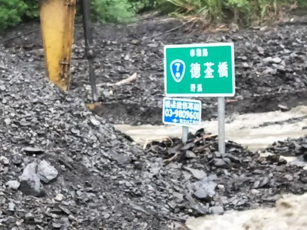 台七甲線德荃橋堆滿土石,車輛無法通行。(記者江志雄翻攝)
