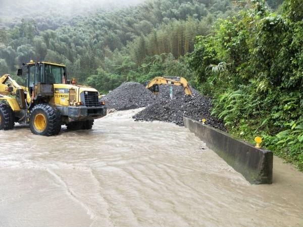 路面嚴重積水。(記者江志雄翻攝)